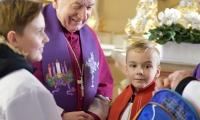 wizytacja_biskupa_ksiazeczki_komunijne